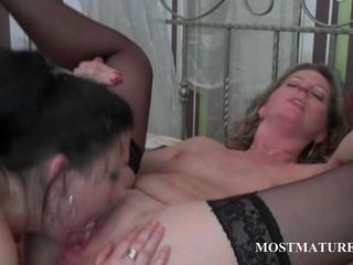 Лесбиянки 3some С зрелыми шлюхами