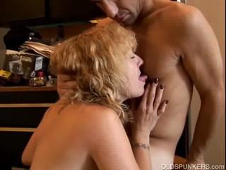 Сексуальная Блондинка МЕНСТРУАЦИИ Дает Большой минет