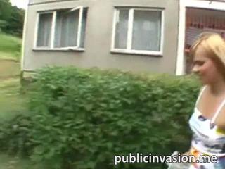 Свежая Блондинка Hottie Jizzed В Общественных