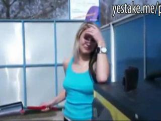 Блондинка Мойка Автомобиля Девушкой Трахались На Капот Автомобиля В Washcabin
