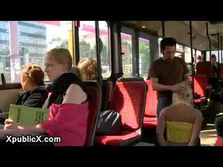 Связаны Блондинка Детка Чтобы Стучать В Городской Автобус В Берлине