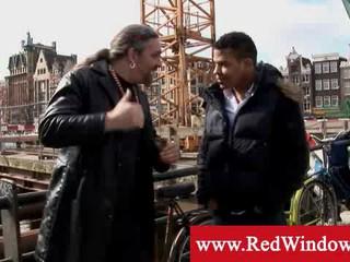 Амстердам Туристов Встречается С Сутенером Чтобы Получить Хукер