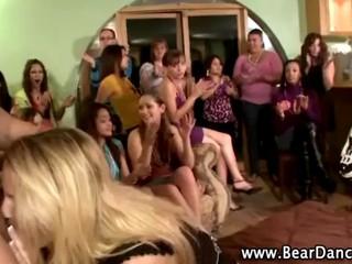 Смотреть Голодными Cfnm Настоящая Блондинка Получить Глоток