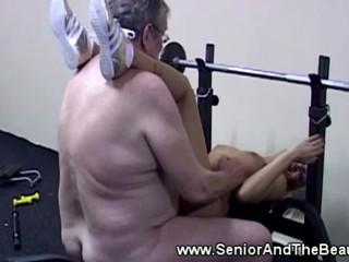Молодую Блондинку Трахают Сзади За Старичка