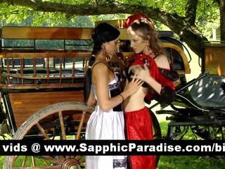 Милые Brunette И Рыжая Лесбиянок Целуя И Облизывая Ниппели И Имеющие Лесбийской Любви
