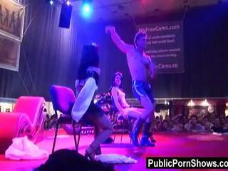 Два Горячих Stripepr Играть На Сцене