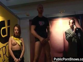 Сексуальный Зачистки Позы С Парнем На Сцене