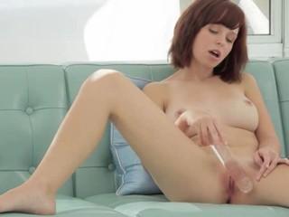 Brunette Dildoing Ее Влагалище На Диване