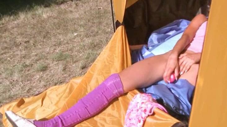 Двадцать Крошка Лолы Дрочится В Палатке