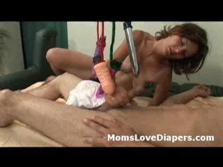 Пеленок Ношение Урод Задницу Трахает Mommys Большой Страпон