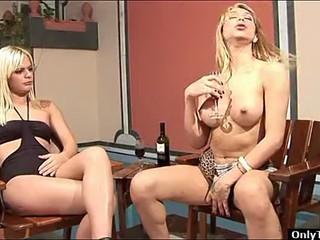 Карла И Thays Играть С Шампанским