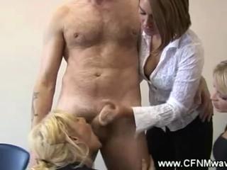 CFNM младенцев Занимает Поворачивается Чтобы сосать Его Член