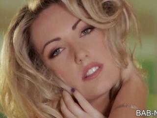 Похотливая Блондинка Красоту Показывает Ее Великолепные Изгибы И Растирает Ее Розовые Киски