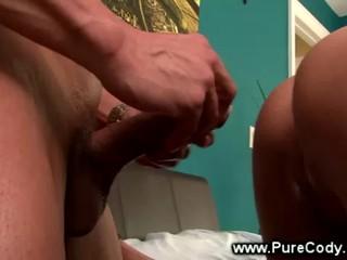Sexy Babe Получает Spitroasted Двумя Гей Парней