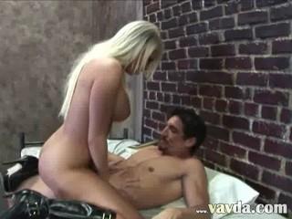 Breasty Блондинка Детка Ударил В Тюрьме
