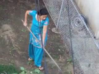 Сексуальный Индийского Тетенька Показывает Свои Сиськи Время Подметания